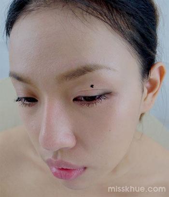 Khi chuốt, mascara rất dễ bị lem dính lên phía trên mi mắt